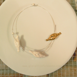 Nicoletta Dal Vera I like tortelli ! pendenti in porcellana Limoges modellata a mano, cottura 1250°, oro zecchino in terza cottura, giro collo in argento Pendants: hand shaped Limoges porcelain, fired to1250°c, gold lustre, silver wire necklace
