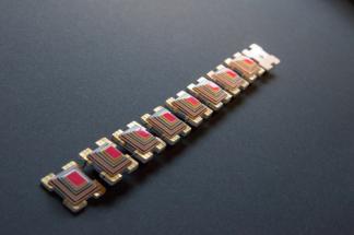 Hester Popma-van-de-Kolk, Behind glass: tasteful hidden colours, bracelet
