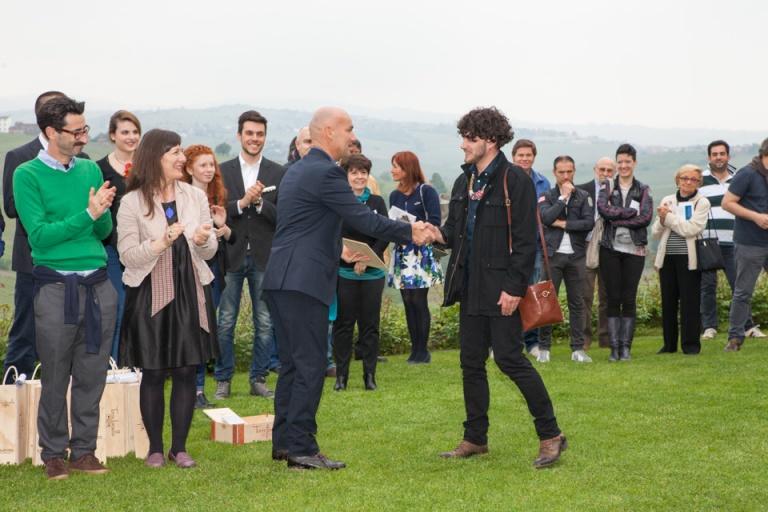 Enrico Sgorbati consegna il Premio Torre Fornello Gioielli in Fermento 2015 a Sébastien Carré