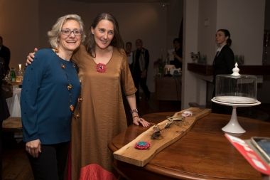 Eliana Negroni con l'artista orafa Maura Biamonti